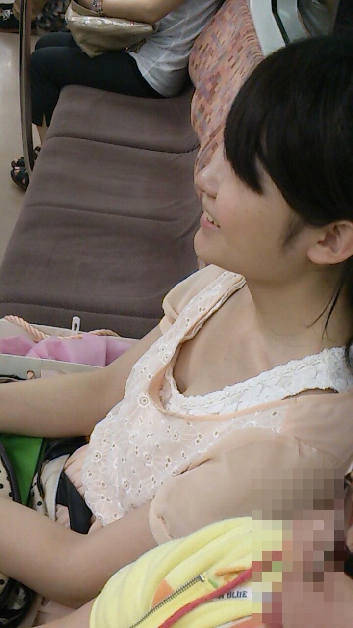 【おっぱい】電車で無防備になってしまう最近の女の子の胸チラ風景まとめ【31枚】