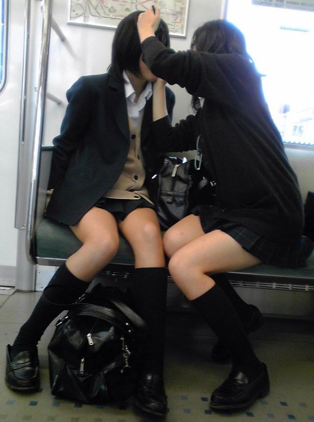 【おっぱい】電車で無防備になってしまう最近の女の子の胸チラ風景まとめ【31枚】 01