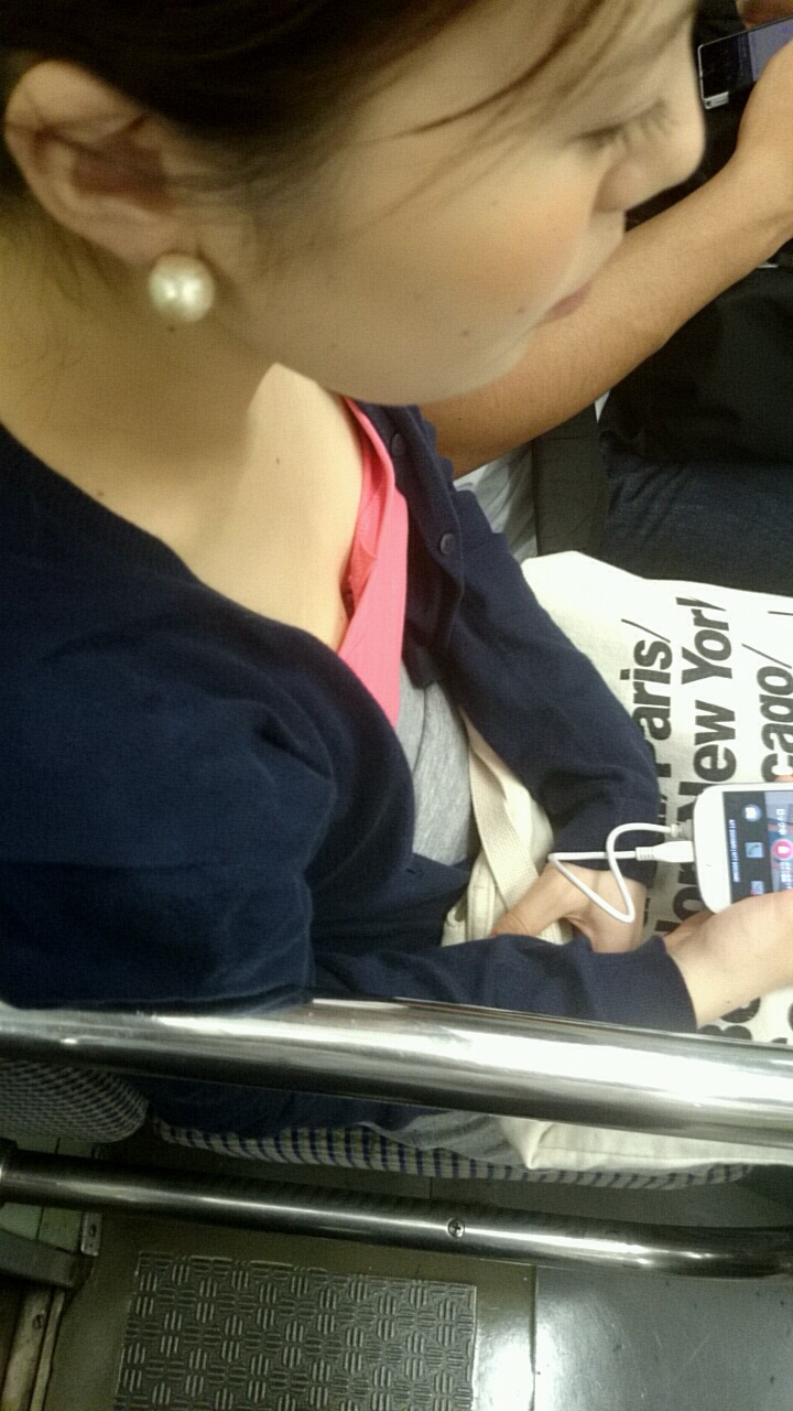 【おっぱい】電車で無防備になってしまう最近の女の子の胸チラ風景まとめ【31枚】 03