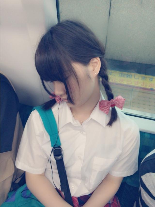 【おっぱい】電車で無防備になってしまう最近の女の子の胸チラ風景まとめ【31枚】 05