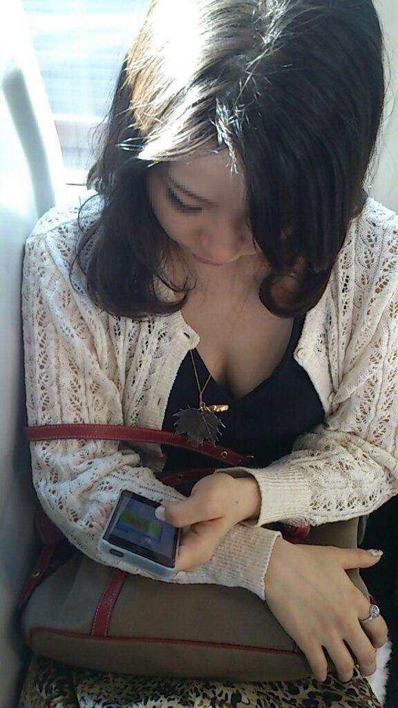 【おっぱい】電車で無防備になってしまう最近の女の子の胸チラ風景まとめ【31枚】 10