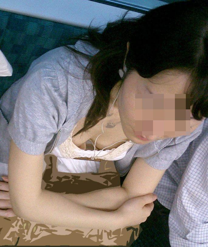 【おっぱい】電車で無防備になってしまう最近の女の子の胸チラ風景まとめ【31枚】 16