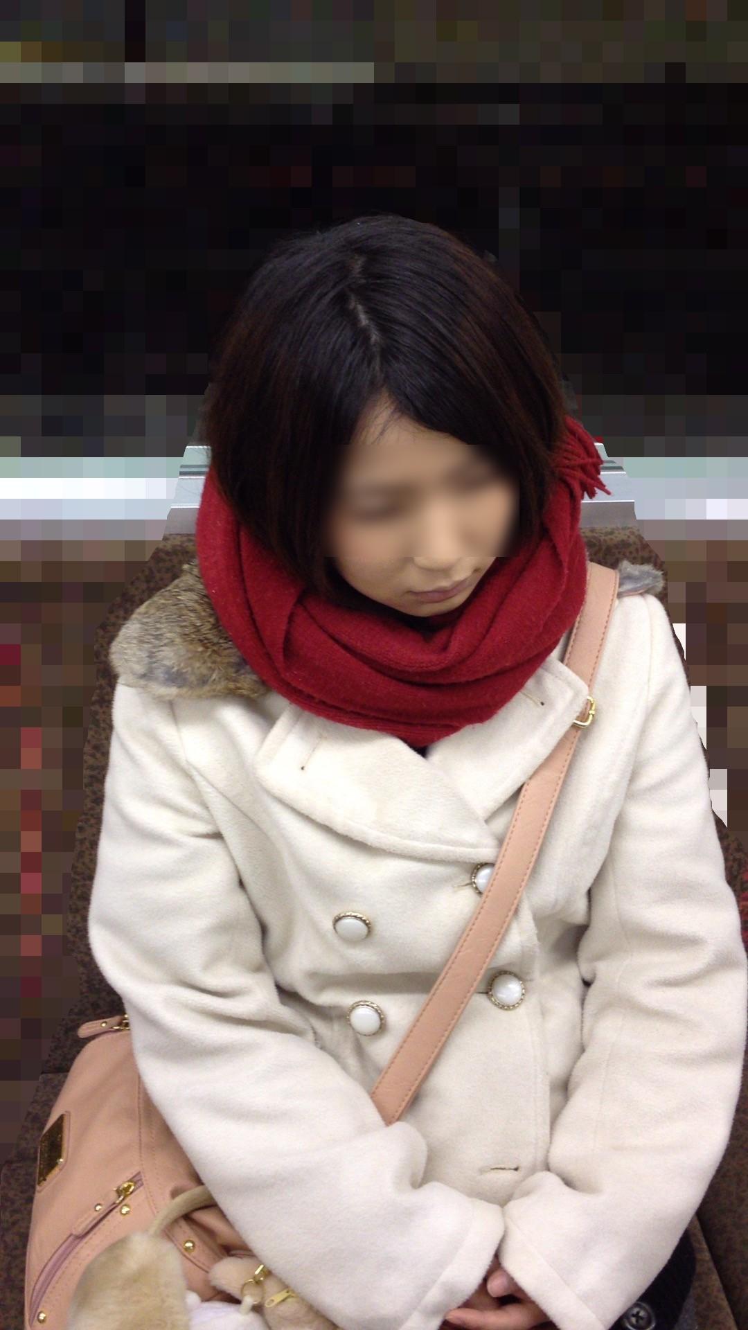 【おっぱい】電車で無防備になってしまう最近の女の子の胸チラ風景まとめ【31枚】 19