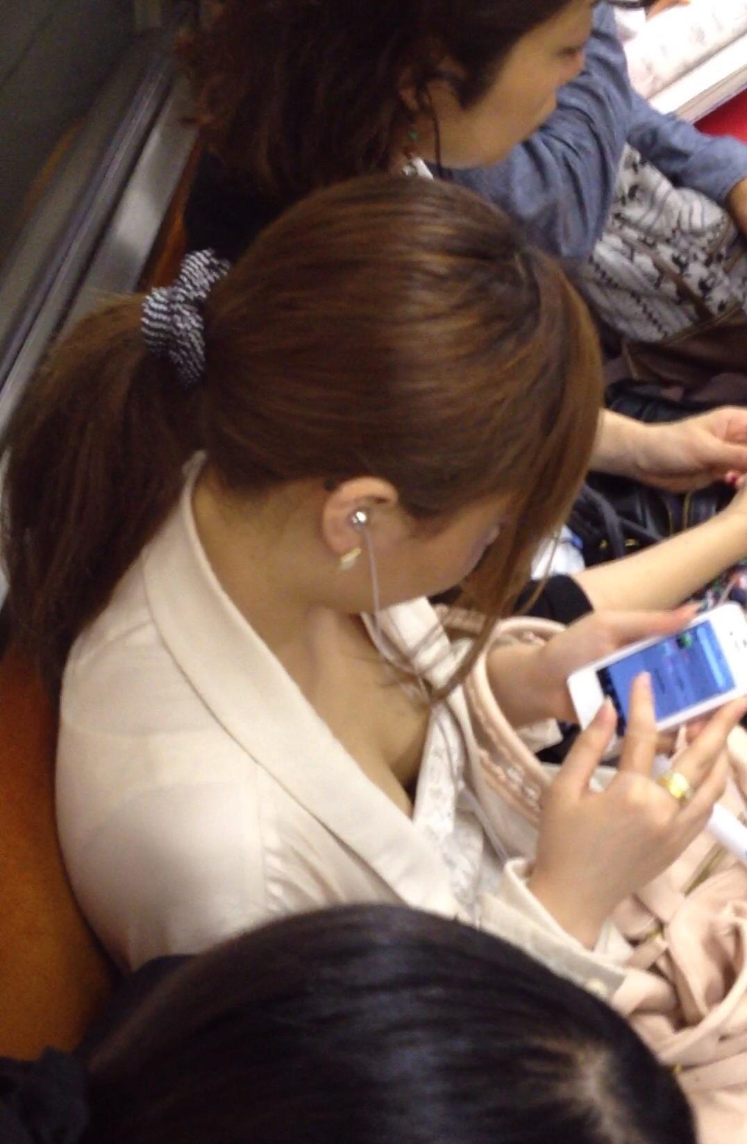 【おっぱい】電車で無防備になってしまう最近の女の子の胸チラ風景まとめ【31枚】 27