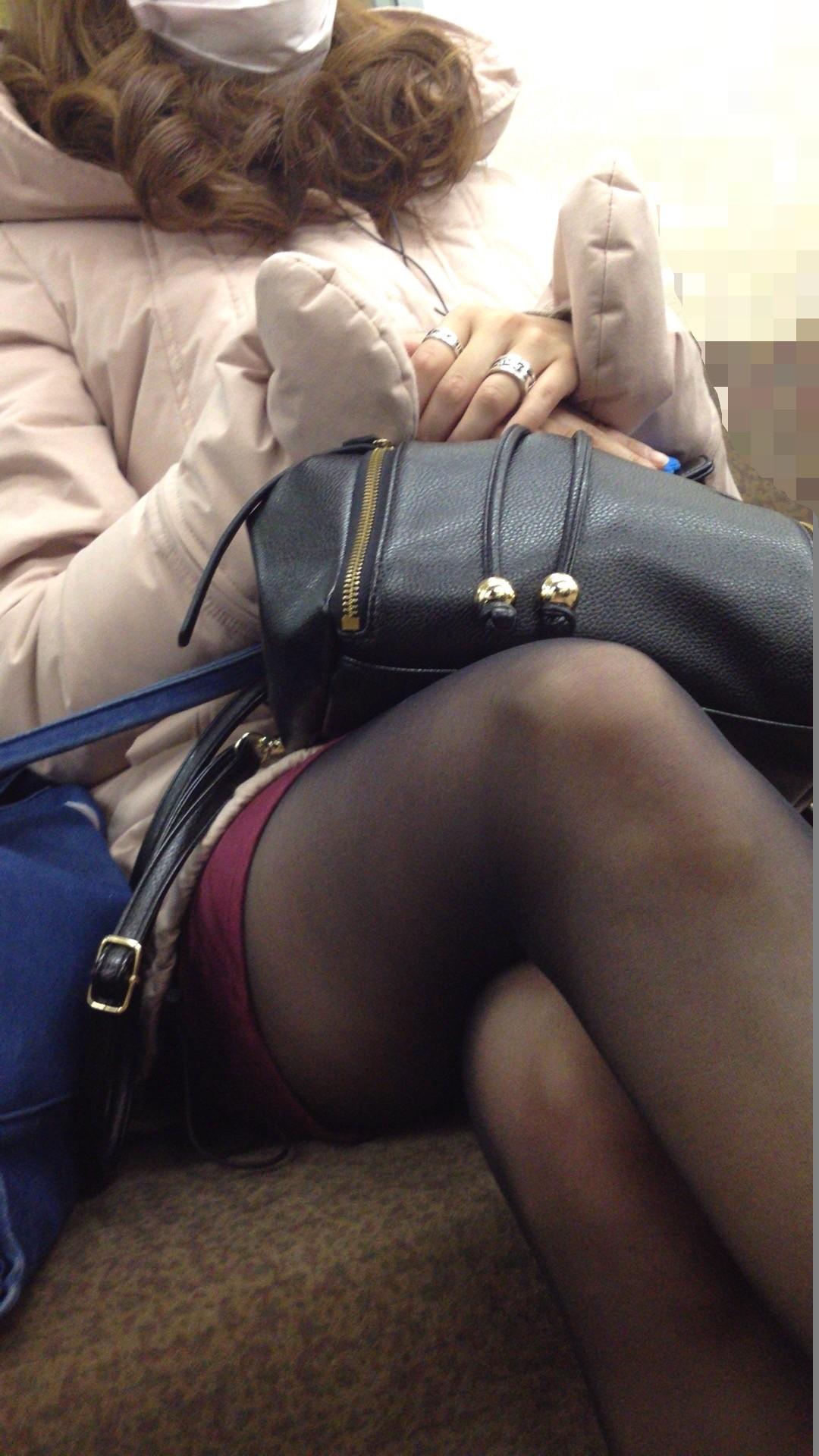 【おっぱい】電車で無防備になってしまう最近の女の子の胸チラ風景まとめ【31枚】 31