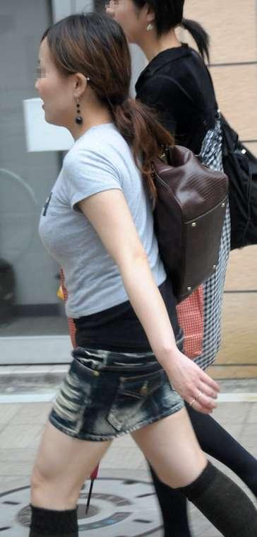 【おっぱい】服ではごまかせないレベルの巨乳な素人娘たちを街撮り!【36枚】 03