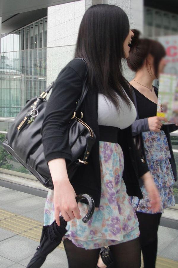 【おっぱい】服ではごまかせないレベルの巨乳な素人娘たちを街撮り!【36枚】 23