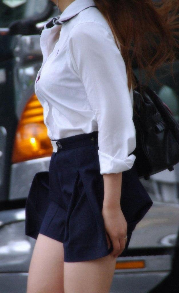 【おっぱい】服ではごまかせないレベルの巨乳な素人娘たちを街撮り!【36枚】 25