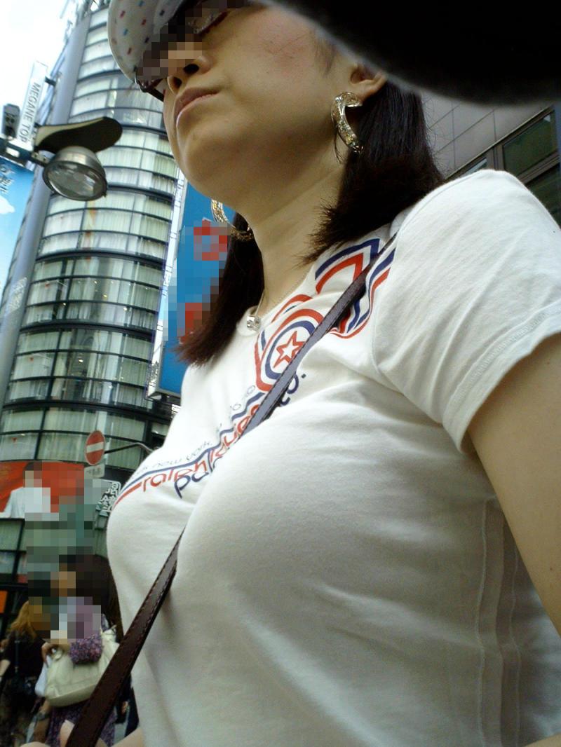 【おっぱい】服ではごまかせないレベルの巨乳な素人娘たちを街撮り!【36枚】 31