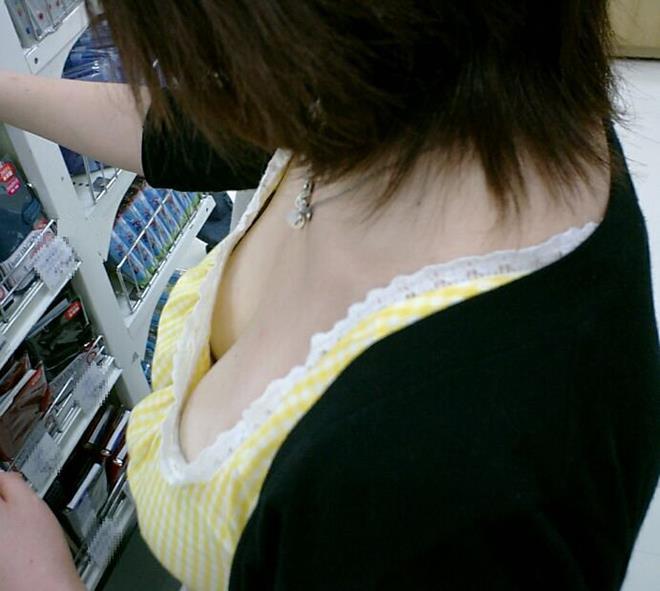 【おっぱい】カップ数がわかってしまいそうな着衣巨乳の素人さんたち【32枚】 25