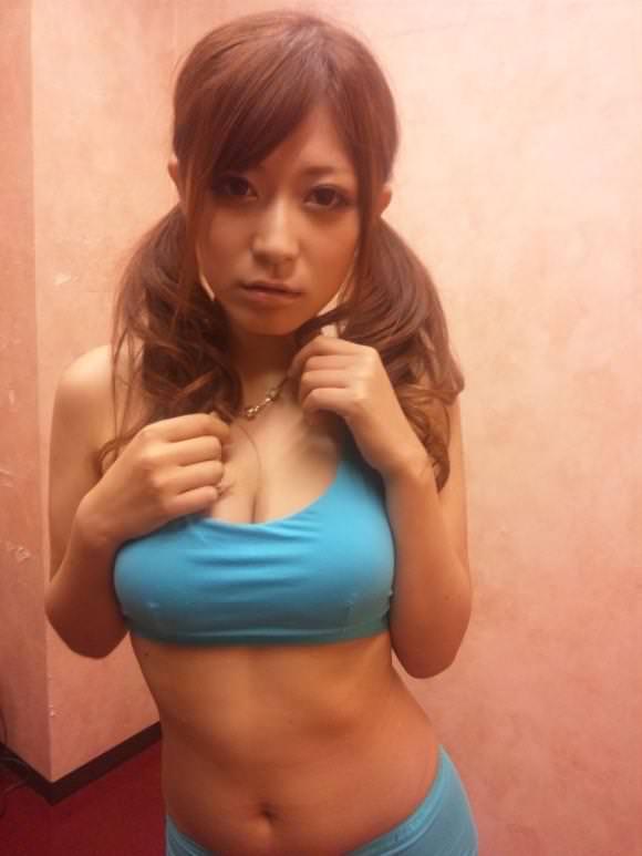 【スポブラ エロ】スポーツブラでおっぱい強調してる美巨乳女子たちが時に乳首ポッチンしてて全裸よりもエロ過ぎる件w