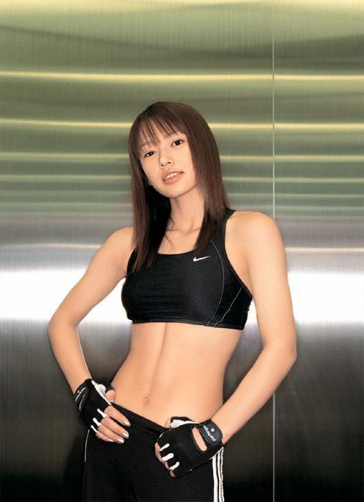 【スポブラ エロ】スポーツブラでおっぱい強調してる美巨乳女子たちが時に乳首ポッチンしてて全裸よりもエロ過ぎる件w 10