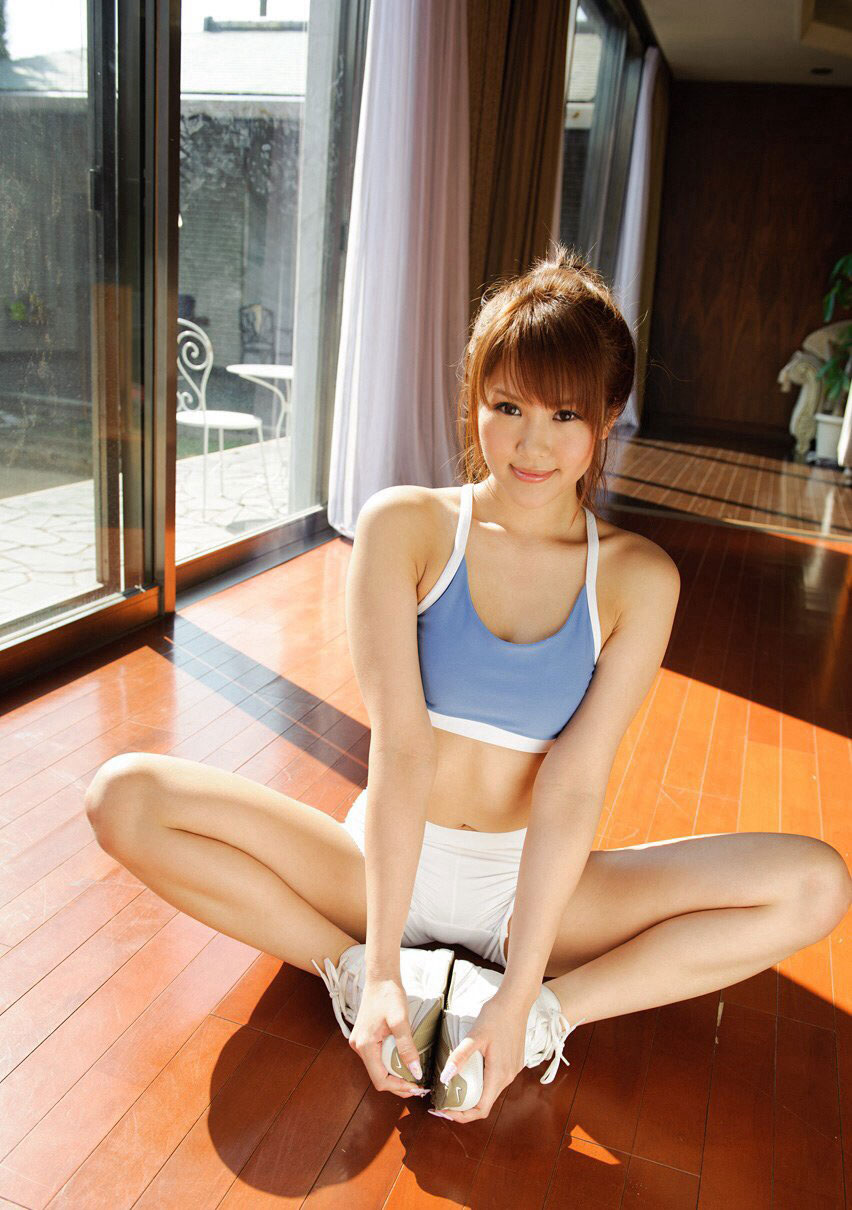 【スポブラ エロ】スポーツブラでおっぱい強調してる美巨乳女子たちが時に乳首ポッチンしてて全裸よりもエロ過ぎる件w 17