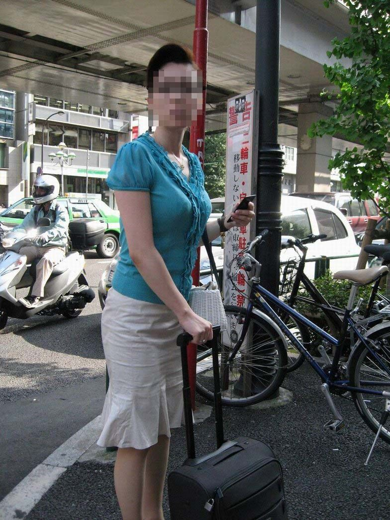 【おっぱい】いつか脱がせてやりたい巨乳素人の街撮り着衣画像www【20枚】 13