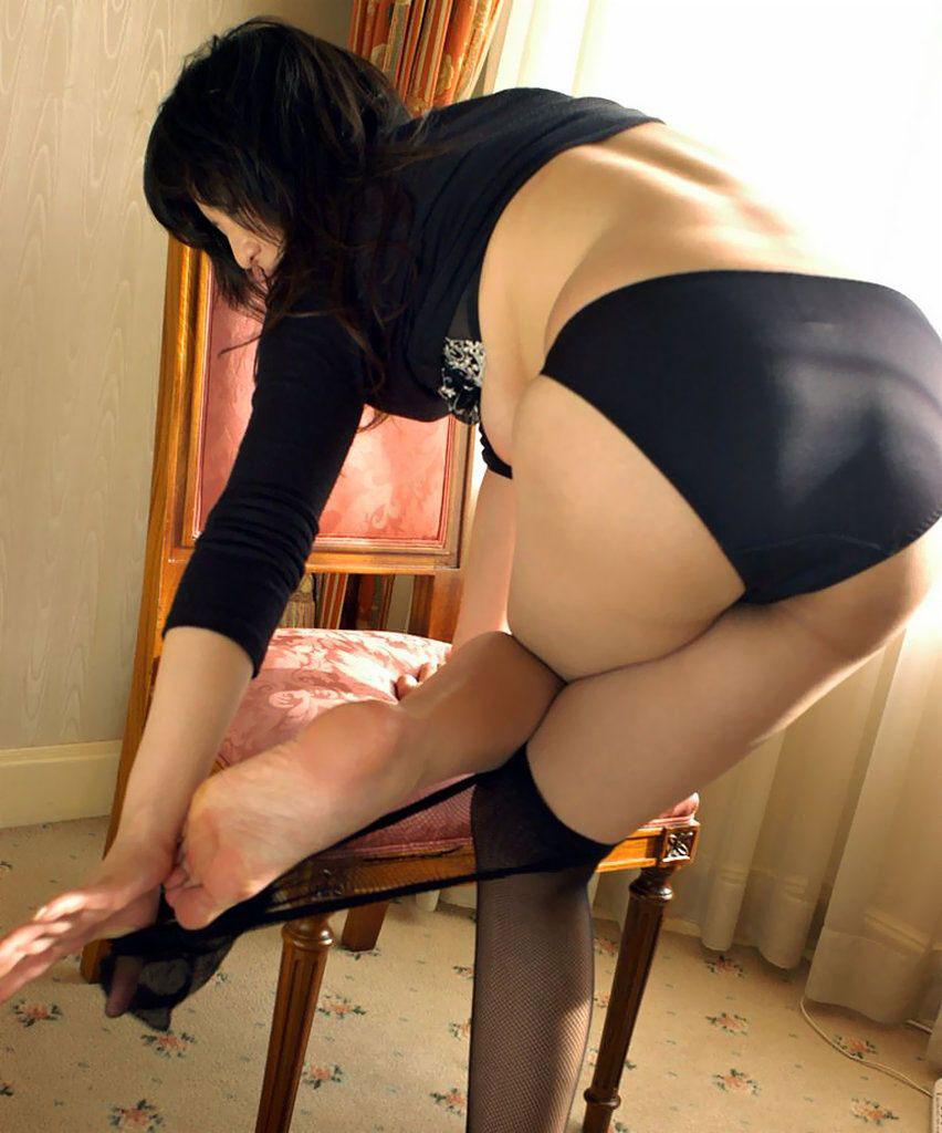 【おっぱい】スリムなお姉さんが黒下着で美乳谷間を作っていたら男として興奮せざるを得ないwww【37枚】 04