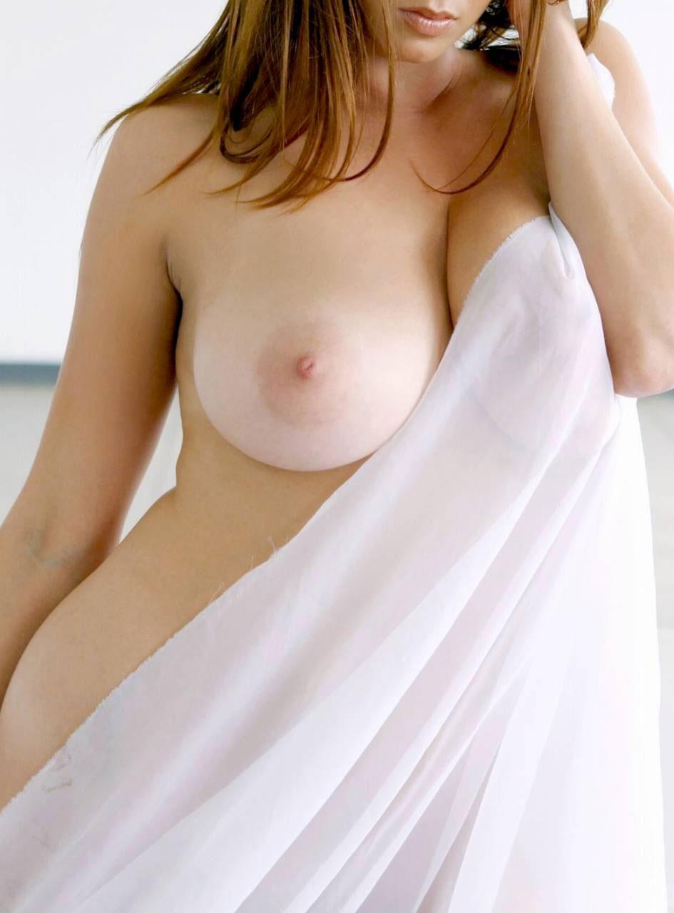 【おっぱい】おっぱいの質感がよりエロく伝わってくる美肌のお姉さんの美乳画像まとめ!【35枚】 12