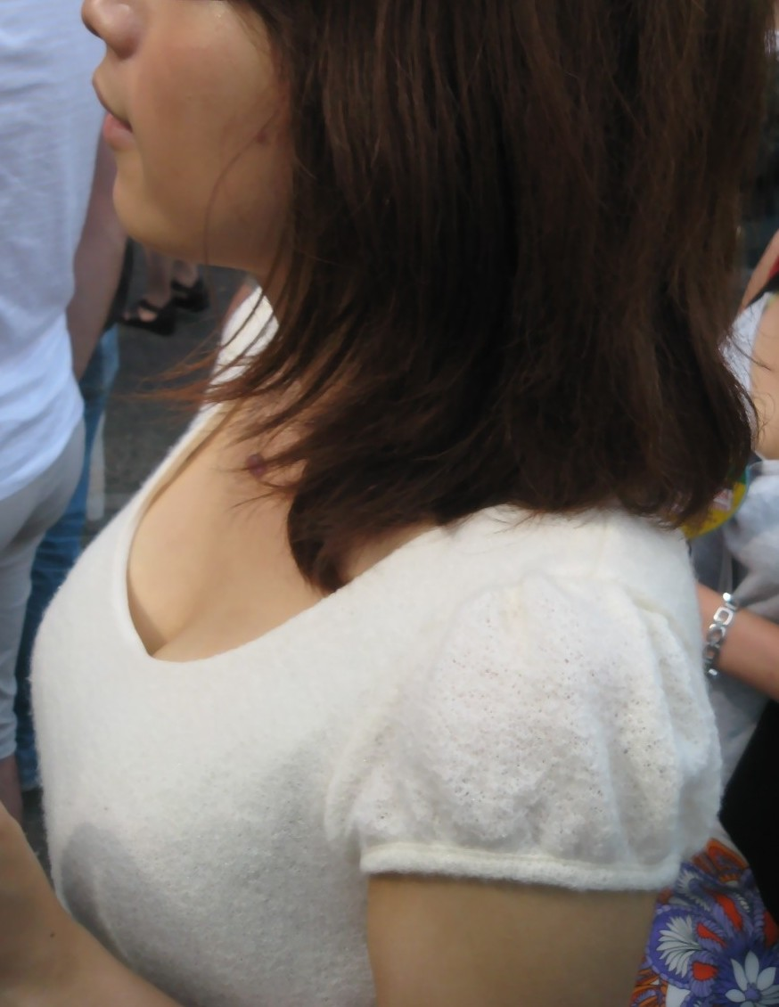 【おっぱい】乳首チラしているものもある素人さんの街撮り谷間画像まとめ!【30枚】 07