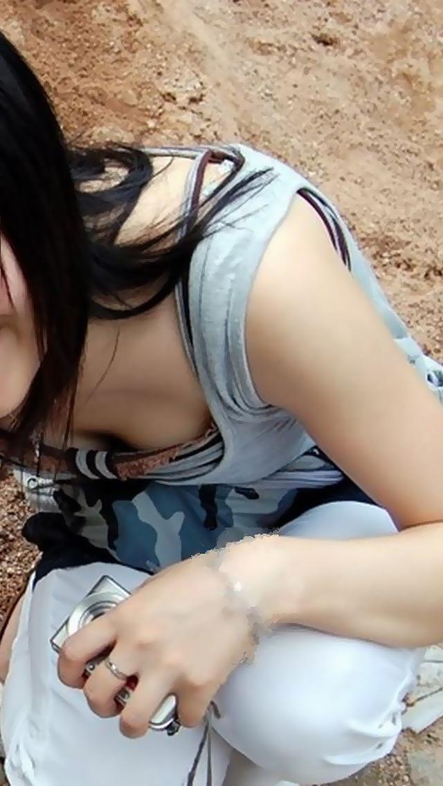 【おっぱい】乳首チラしているものもある素人さんの街撮り谷間画像まとめ!【30枚】 16