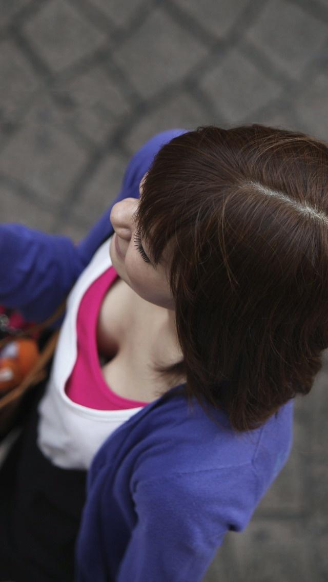 【おっぱい】乳首チラしているものもある素人さんの街撮り谷間画像まとめ!【30枚】 21