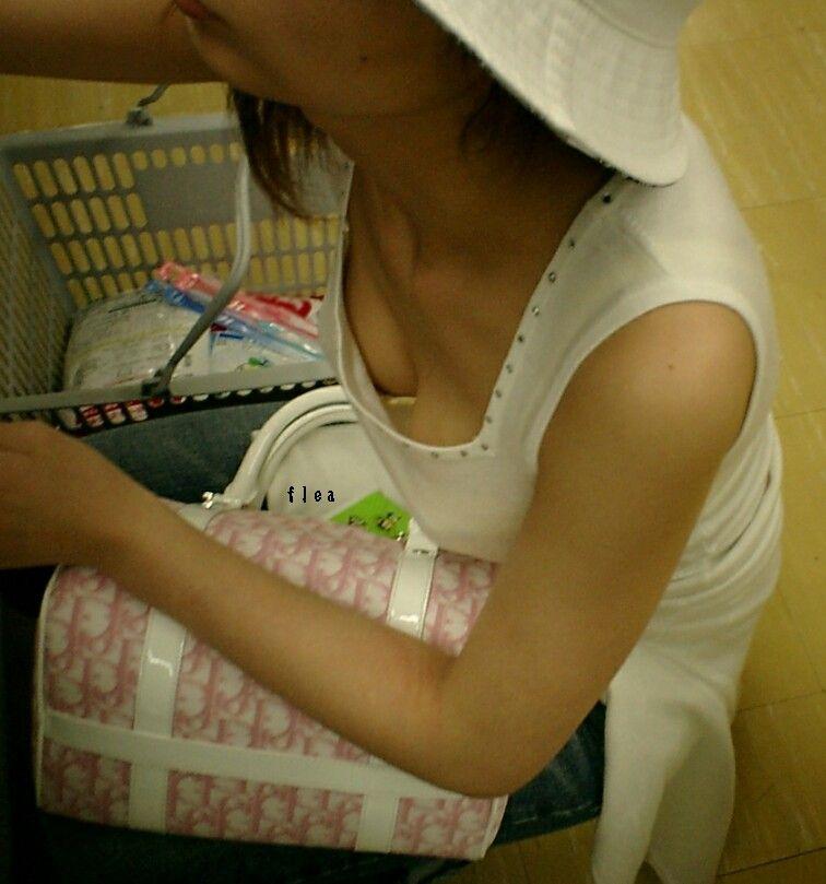 【おっぱい】谷間ファッションや胸チラがいきすぎると乳首が見えてしまうwww【30枚】 06