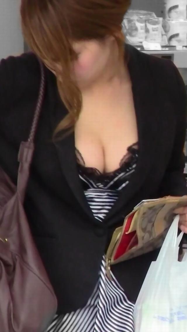 【おっぱい】谷間ファッションや胸チラがいきすぎると乳首が見えてしまうwww【30枚】 27
