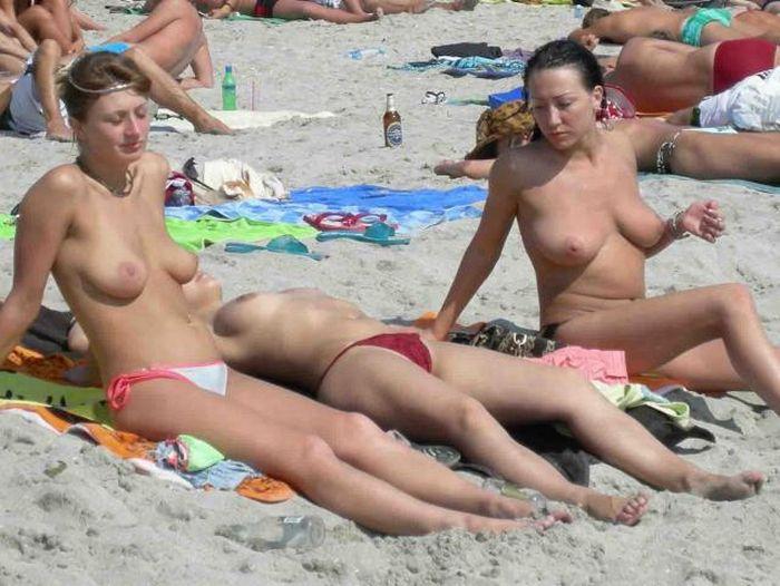【おっぱい】ビーチで全裸やトップレスになっておっぱい晒してる画像って爽やかでいいよなwww【28枚】