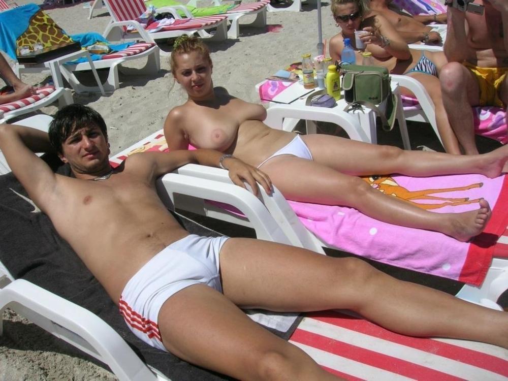 【おっぱい】ビーチで全裸やトップレスになっておっぱい晒してる画像って爽やかでいいよなwww【28枚】 15