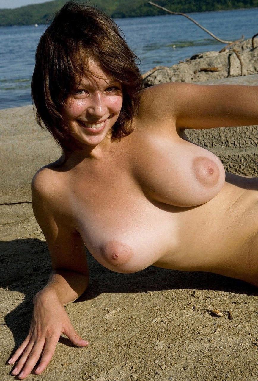 【おっぱい】ビーチで全裸やトップレスになっておっぱい晒してる画像って爽やかでいいよなwww【28枚】 23