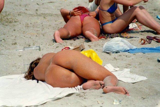 【おっぱい】ビーチで全裸やトップレスになっておっぱい晒してる画像って爽やかでいいよなwww【28枚】 25