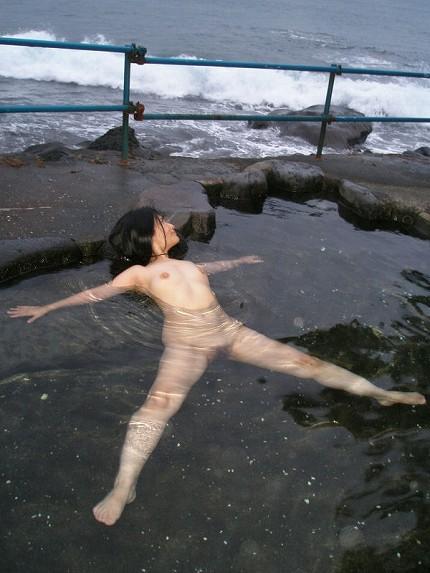 【おっぱい】素人さんが何も気にせずに屋外でヌードを撮れる場所、それが温泉www【30枚】 12