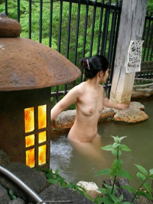 【おっぱい】素人さんが何も気にせずに屋外でヌードを撮れる場所、それが温泉www【30枚】 23