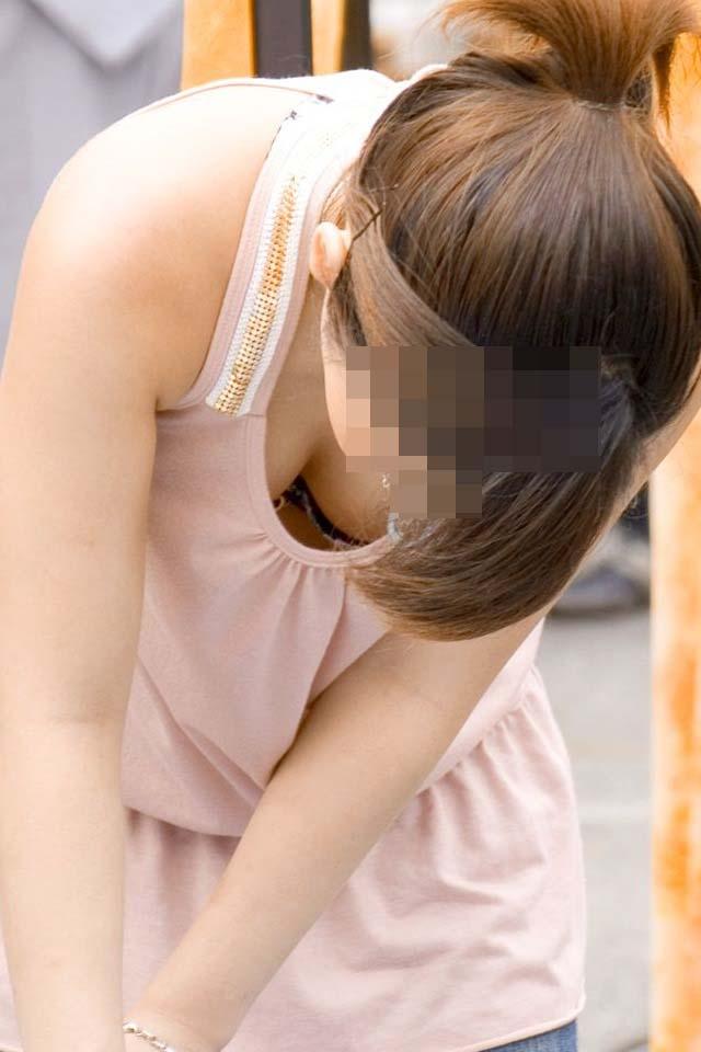 【おっぱい】乳首が見えているような気がして二度見してしまう系の街撮り谷間画像まとめ【30枚】 29