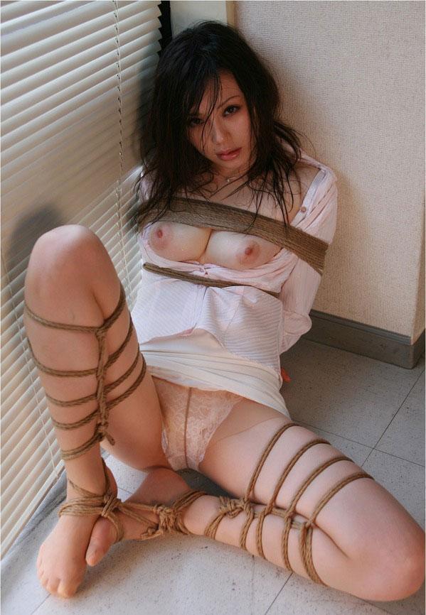 【おっぱい】ガッツリ緊縛されている女性の儚いおっぱいが抜けるwww【30枚】 16
