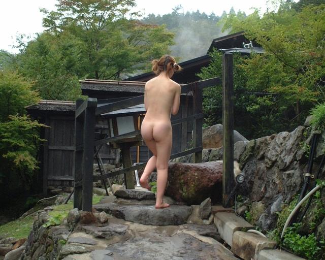 【おっぱい】やっぱり露出狂がニヤついているようにしか見えない素人さんの温泉記念撮影もの【30枚】
