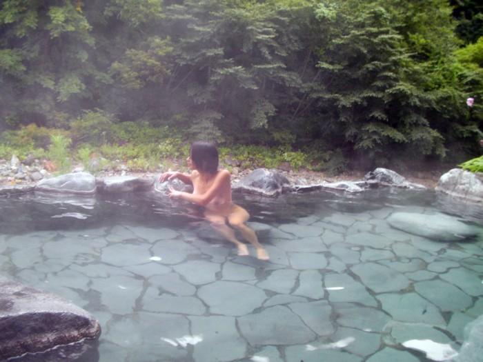 【おっぱい】やっぱり露出狂がニヤついているようにしか見えない素人さんの温泉記念撮影もの【30枚】 04