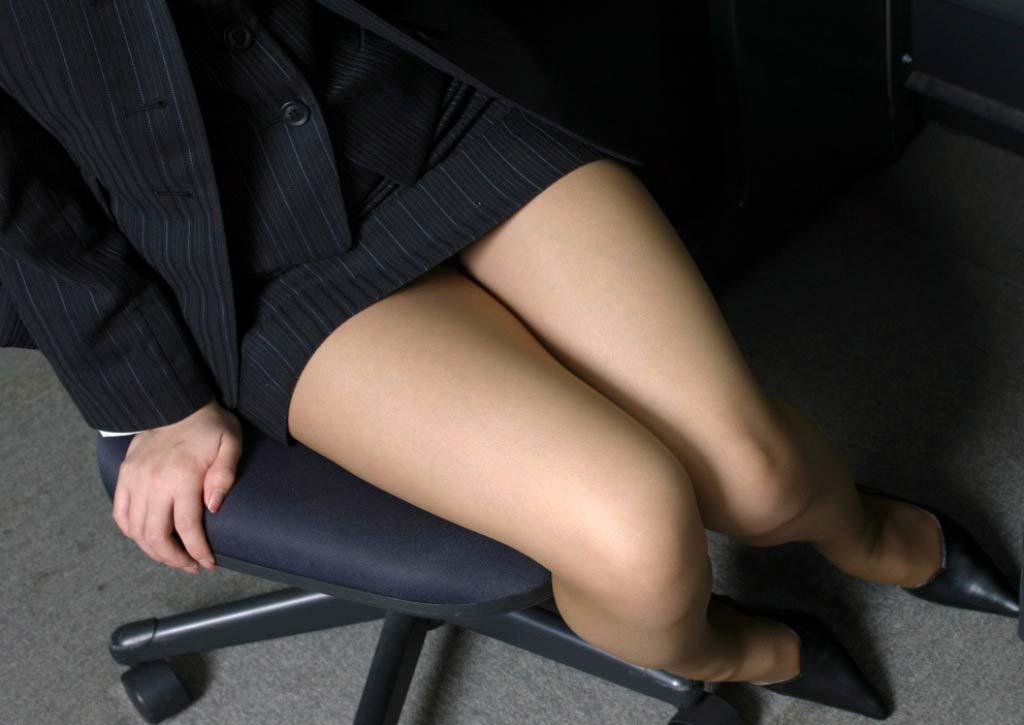 【おっぱい】会社で後輩OLに足コキされながらおっぱい懇願するのが夢です!【32枚】 19