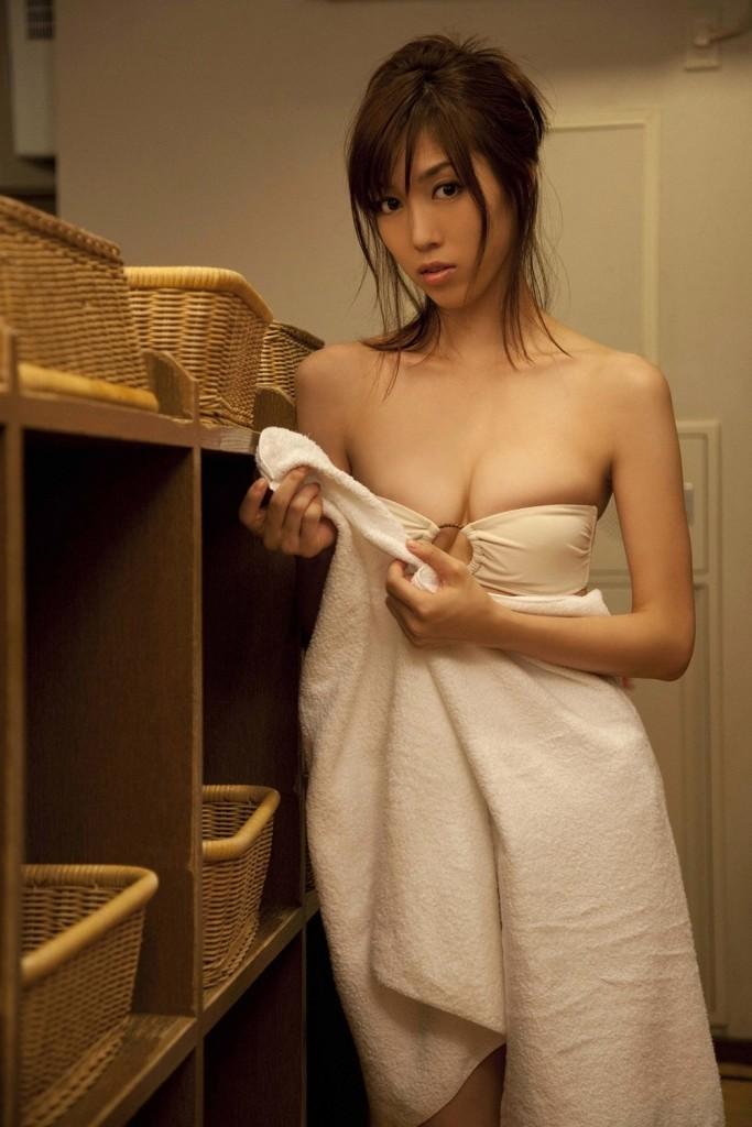 【おっぱい】バスタオル一枚で魅力を引き立て、さらに男を焦らせる女の子のすごさwww【36枚】 12