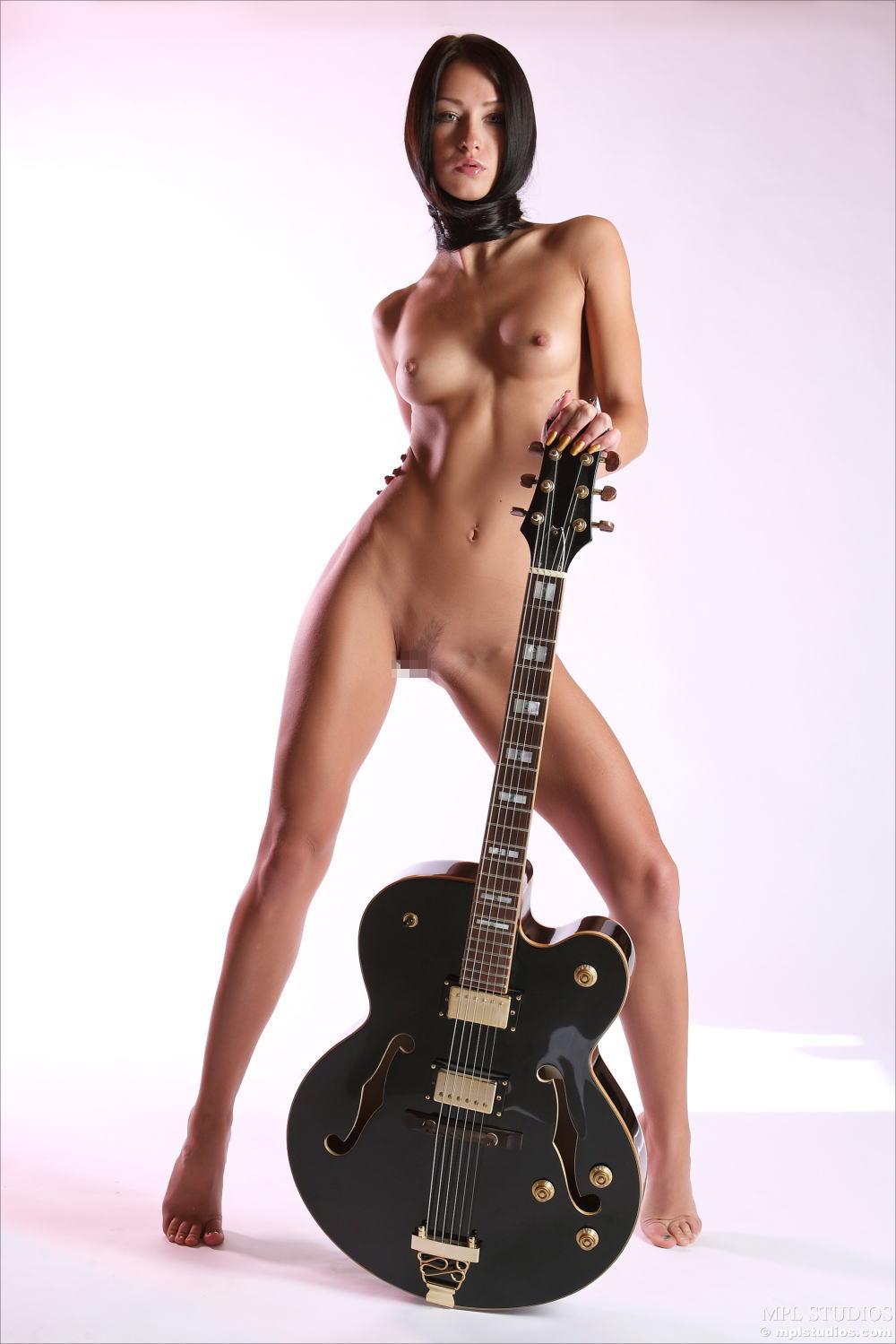 【おっぱい】バンドマンじゃなくても興奮するギターとヌード女性のコラボ画像【43枚】 06