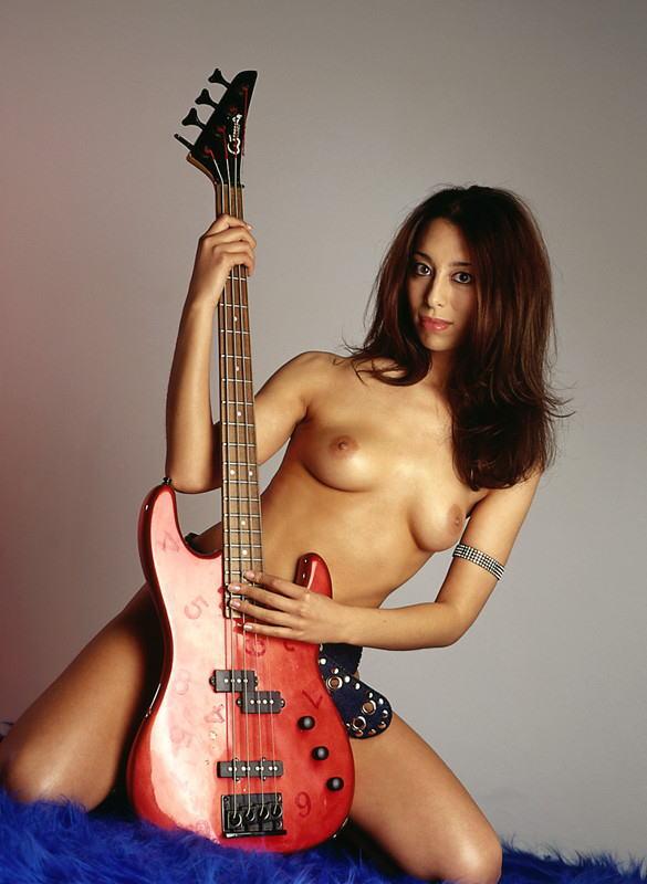 【おっぱい】バンドマンじゃなくても興奮するギターとヌード女性のコラボ画像【43枚】 10