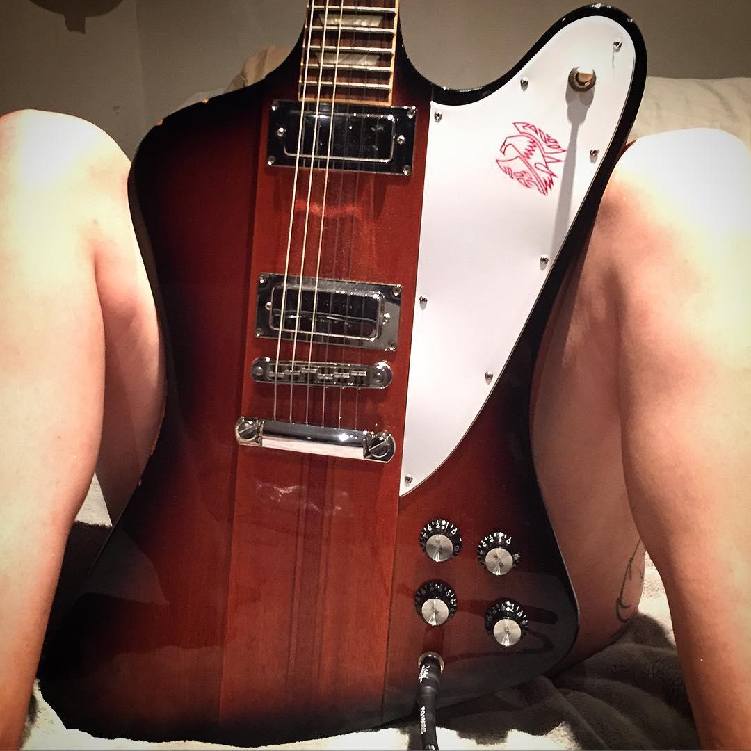 【おっぱい】バンドマンじゃなくても興奮するギターとヌード女性のコラボ画像【43枚】 13