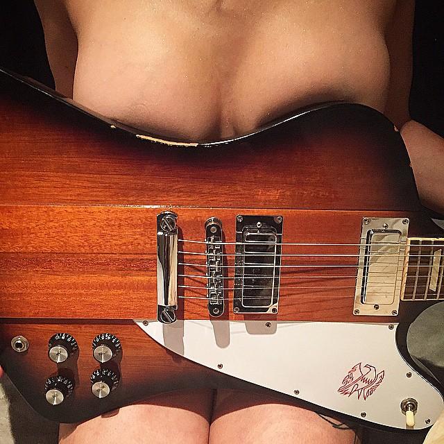 【おっぱい】バンドマンじゃなくても興奮するギターとヌード女性のコラボ画像【43枚】 16