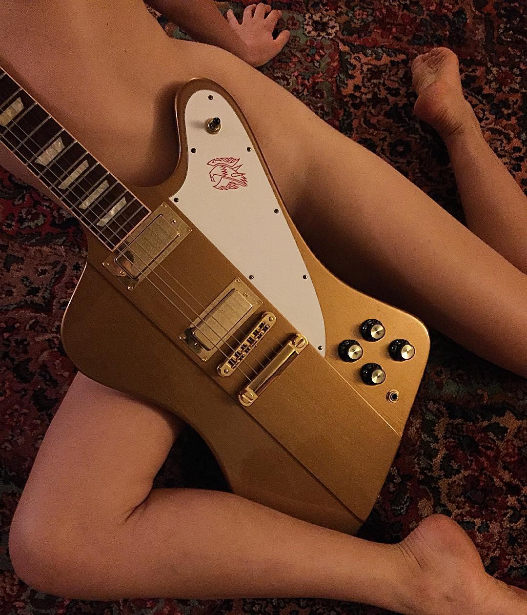 【おっぱい】バンドマンじゃなくても興奮するギターとヌード女性のコラボ画像【43枚】 26