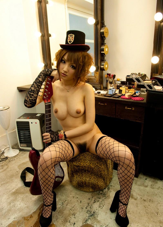 【おっぱい】バンドマンじゃなくても興奮するギターとヌード女性のコラボ画像【43枚】 27