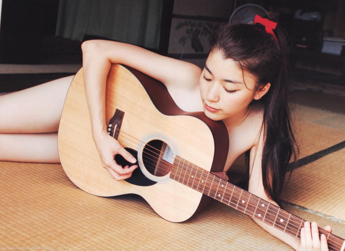 【おっぱい】バンドマンじゃなくても興奮するギターとヌード女性のコラボ画像【43枚】 29