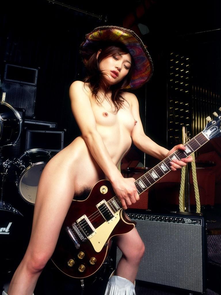 【おっぱい】バンドマンじゃなくても興奮するギターとヌード女性のコラボ画像【43枚】 31