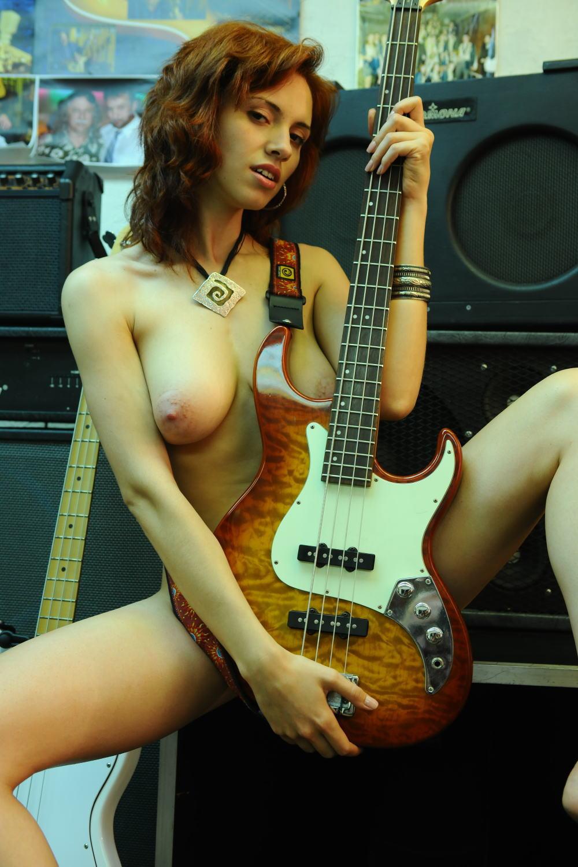 【おっぱい】バンドマンじゃなくても興奮するギターとヌード女性のコラボ画像【43枚】 38