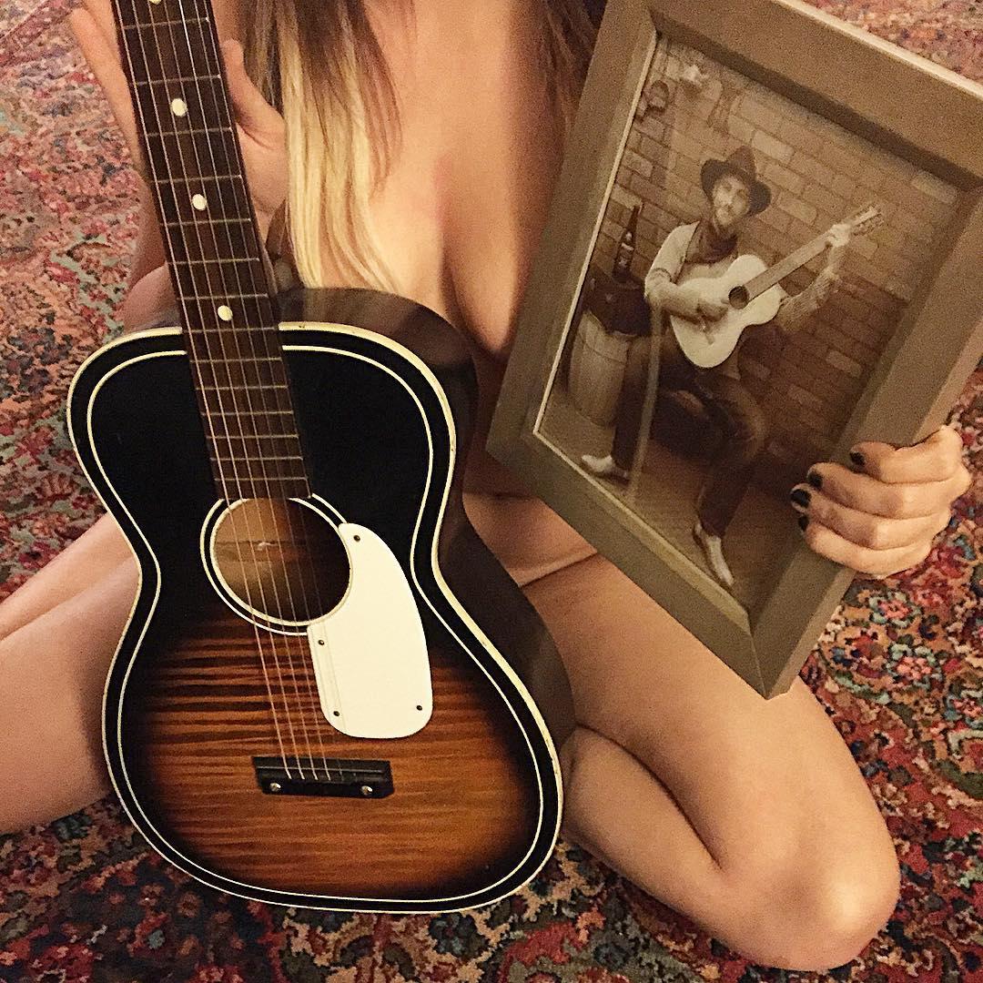 【おっぱい】バンドマンじゃなくても興奮するギターとヌード女性のコラボ画像【43枚】 43