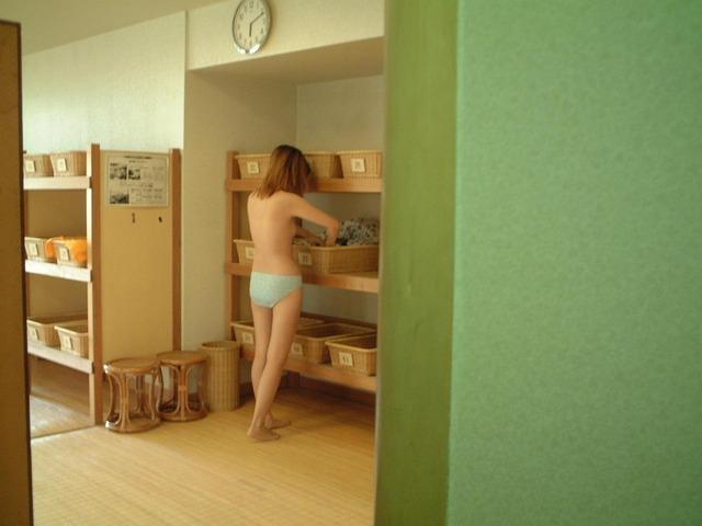 【おっぱい】温泉よりも脱衣所とか更衣室の方を覗きたいと思ってしまう人に捧げる画像まとめ【30枚】 18