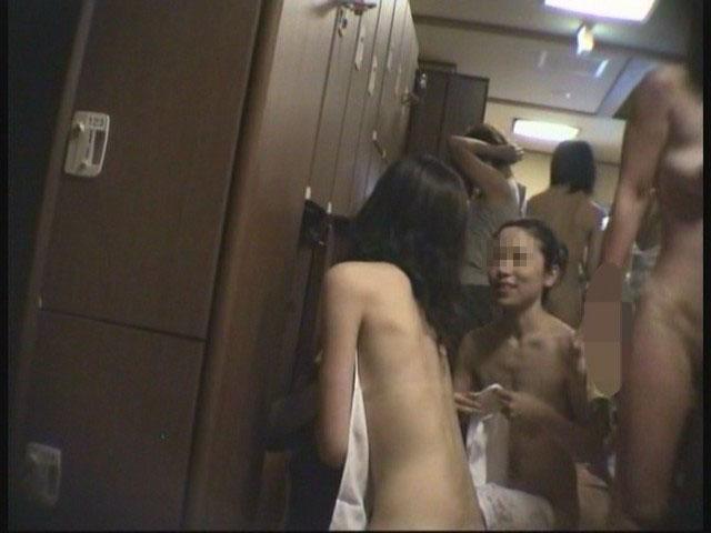 【おっぱい】温泉よりも脱衣所とか更衣室の方を覗きたいと思ってしまう人に捧げる画像まとめ【30枚】 28