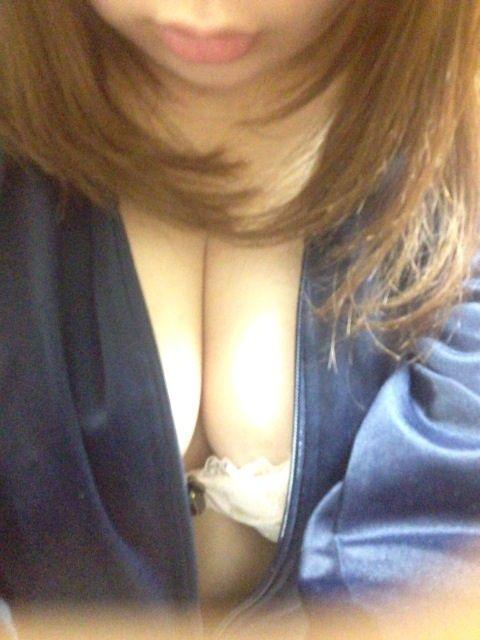 【おっぱい】ネットの男たちを着衣のまま誘惑するエロ素人たちwww【30枚】 14